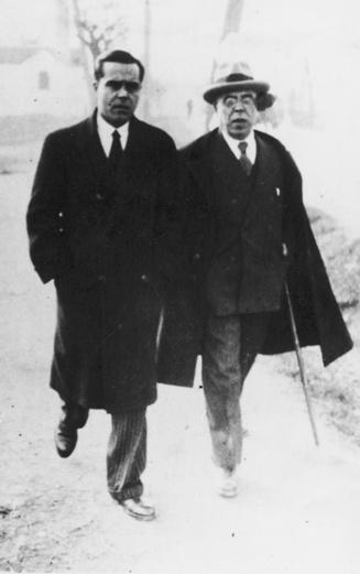 Juan Rejano con su padre, camino de la Estación. (1933)
